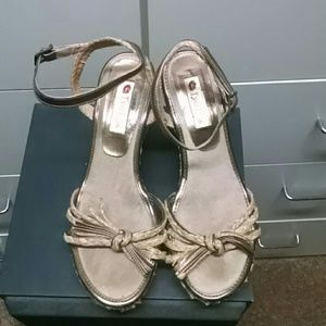 Two Lips size 7 wedge sandal